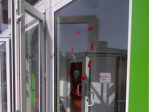 Промытые стекла входа в эльдорадо